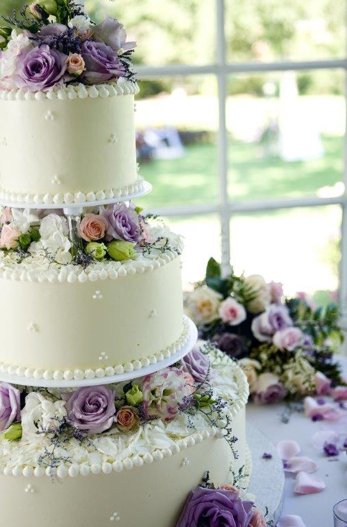 An-ivory-wedding-cake-with-roses
